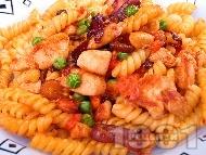 Салата от фузили, пържено пилешко месо и грах